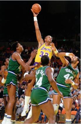 Varios jugadores de Dallas Mavericks tratando de defender a Kareem Abdul-Jabbar | Foto: Getty Images