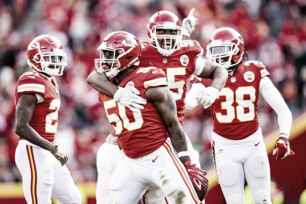 La defensiva de Kansas festejando el triunfo (foto Kansas City Chiefs)