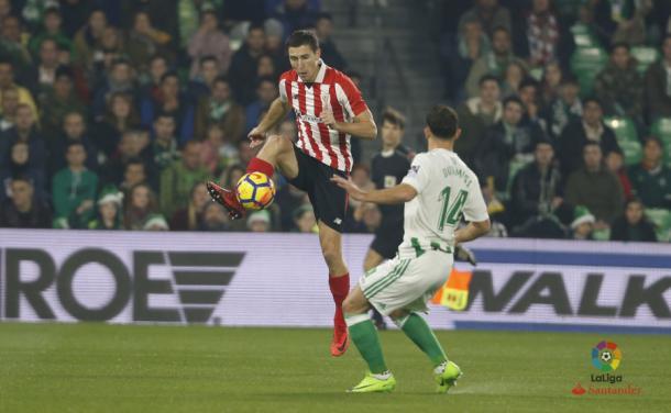 De Marcos, ex del Alavés, controla un balón frente al Betis. / Foto: LaLiga