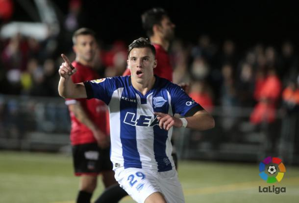 Demirovic celebra uno de los dos goles que marcó en Formentera. / Foto: LaLiga