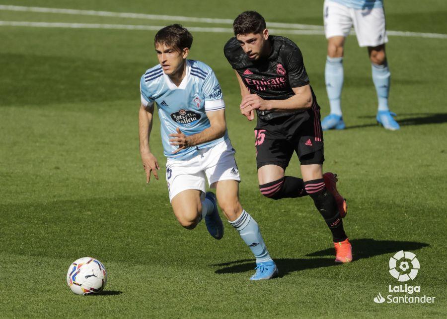 Denis Suárez conduce el balón mientras es perseguido por Fede Valverde | Imagen: LaLiga