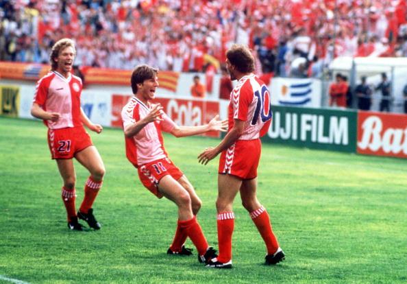 Jogadores dinamarqueses comemoram goleada sobre Uruguai, na Copa de 1986. Foto: Bob Thomas/Getty Images
