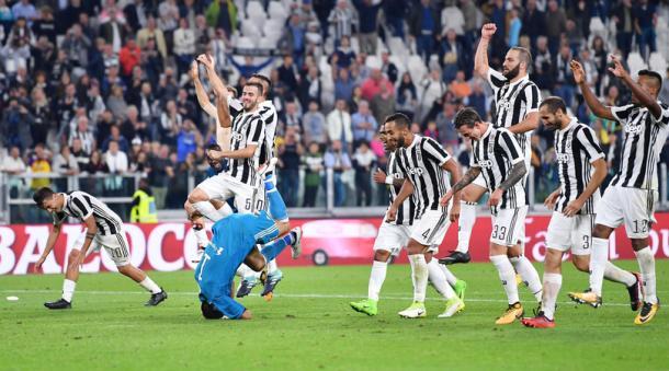 L'esultanza dei bianconeri dopo la vittoria nel derby | Tuttosport