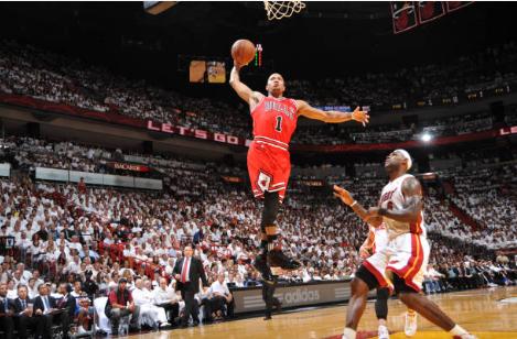 Derrick Rose directo a machacar el aro | Foto: Getty Images