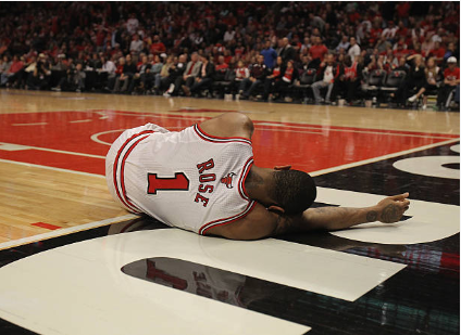 Derrick Rose se retuerce de dolor tras caer lesionado | Foto: Getty Images