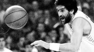 Juan Manuel Iturriaga luchando por el balón |Fotografía: fuente desconocida por la antigüedad de la imagen