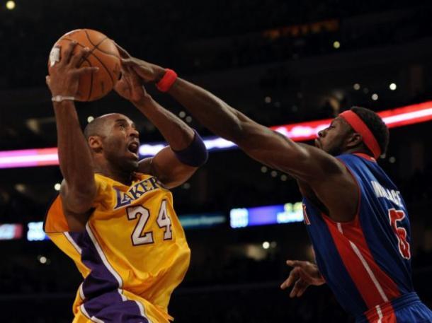 Ben Wallace taponando a Kobe Bryant. Fotografía: Getty Images