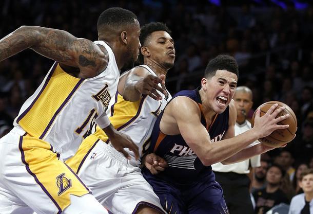 Devin Booker, in penetrazione contro la difesa dei Lakers. 39 per lui - Foto The Daily Courier