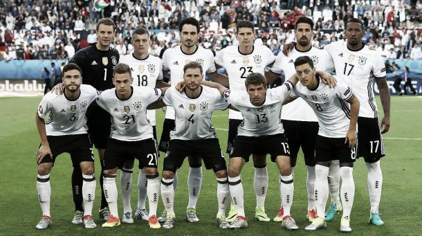 Kimmich (abajo, 2º por la izq.) en un partido de la Eurocopa 2016 | Foto: DFB