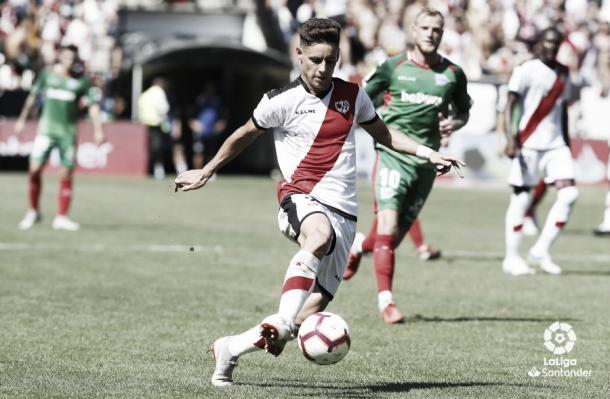 Álex Moreno realizando un pase durante el partido | Imagen: www.laliga.es