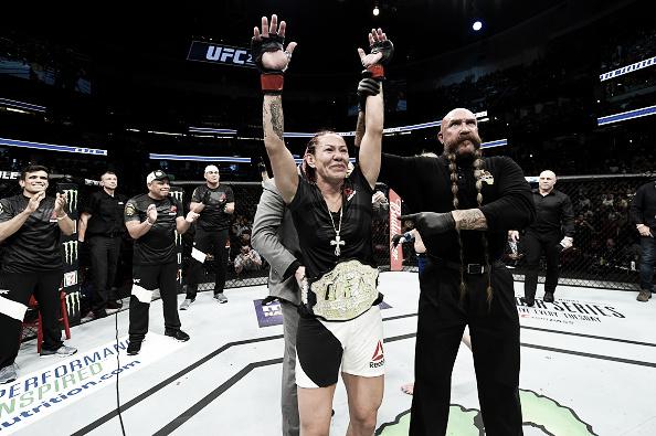 Cyborg recebe o cinturão do UFC 124 das mãos de Dana White (Foto: Josh Hedges/Zuffa LLC/Zuffa LLC via Getty Images)