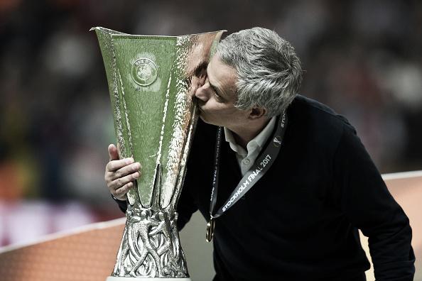 Mourinho beija o troféu após a conquista da Europa League (Foto: Estuo Hara/Getty Images)
