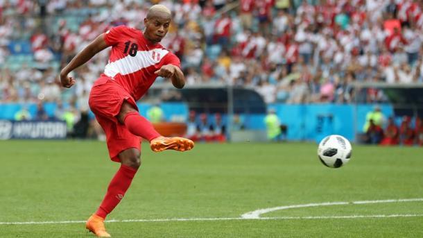 Momento exato em que Carrillo chutou a bola para mandar pro fundo do gol (Foto: Divulgação/Fifa)
