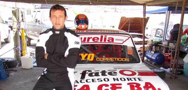 García posando junto al Fiat 128 1.400cc en el Zonal del NOA en Salta. Foto: Autopodio.