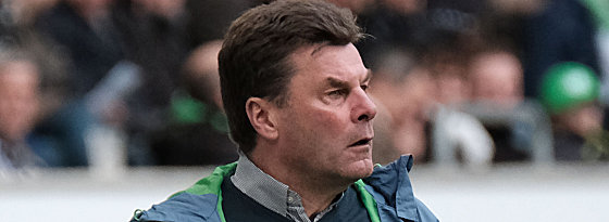 A less than pleased Hecking watches his side fall to another defeat. | Image credit: kicker - picture alliance