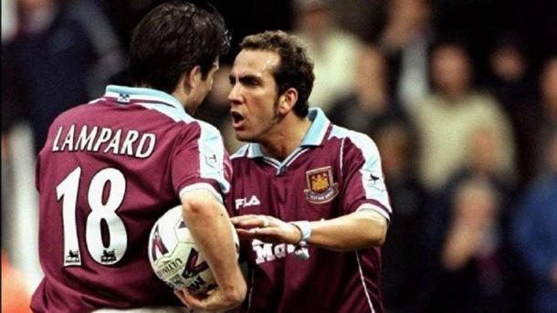 Un giovane Lampard contende un rigore all'esperto Di Canio. Fonte foto: romanticamente calciofili.