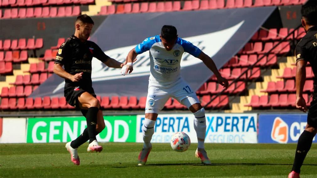 Colmán domina la pelota ante Lértora. Foto: Prensa Godoy Cruz.