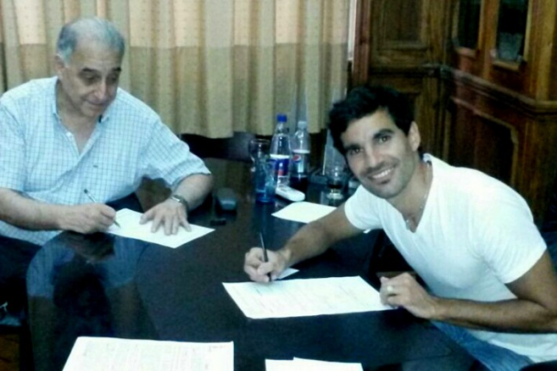Díaz firmando con Nadur.