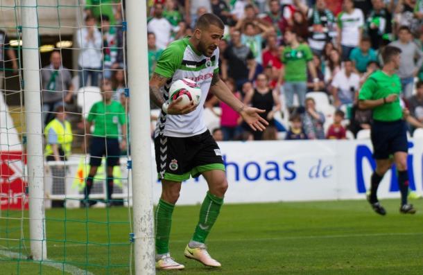 Dioni se queja tras uno de los goles que le han anulado | Fuente: Real Racing Club.