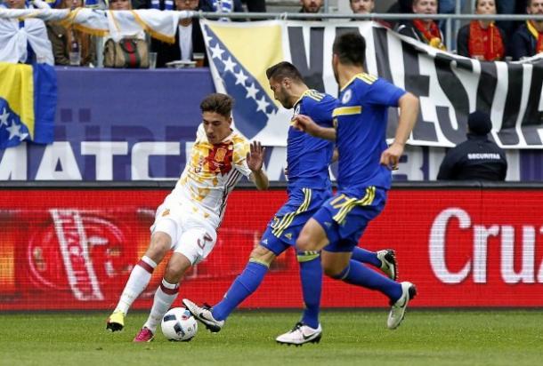Hector Bellerin contro due avversari | Foto: marca.com