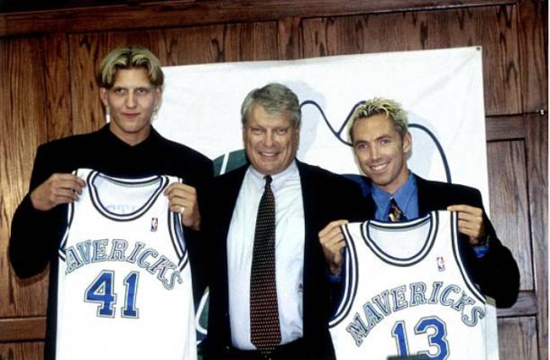 Dirk Nowitzki y Steve Nash posan en su presentación con los Mavericks | Foto: Getty Images