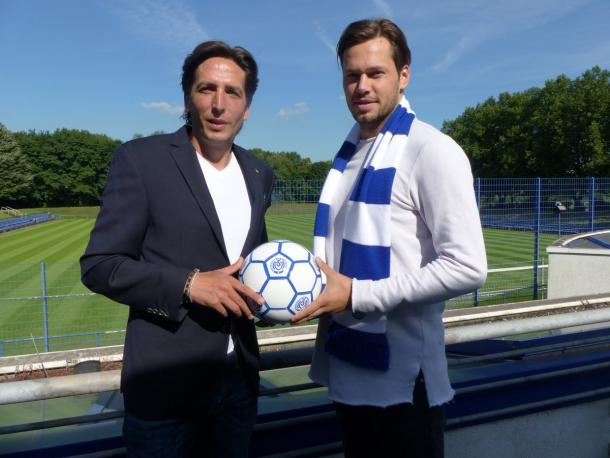 Daniel Davari posing with Duisburg sporting director Ivo Grlic. | Photo: MSV Duisburg.