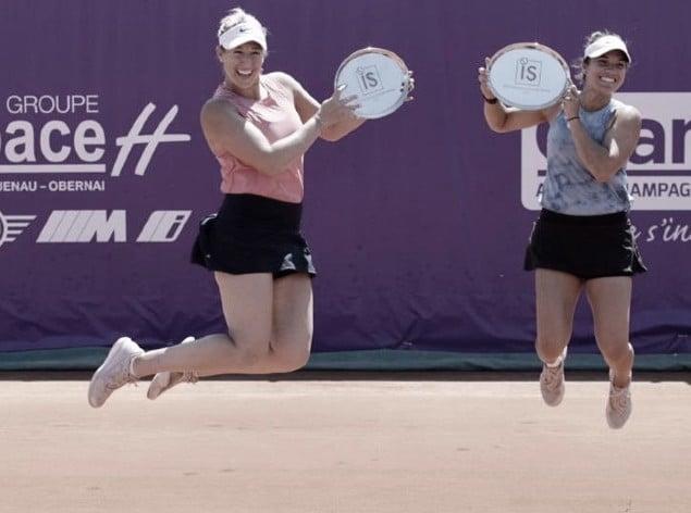 Alexa Guarachi (izq.) y Desirae Krawczyk, en un singular festejo. @WTA_Strasbourg