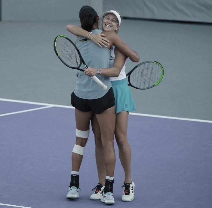 Astra Sharma (de espaldas) y Ellen Perez celebran el último punto del partido AbiertoZapopan @AbiertoZapopan