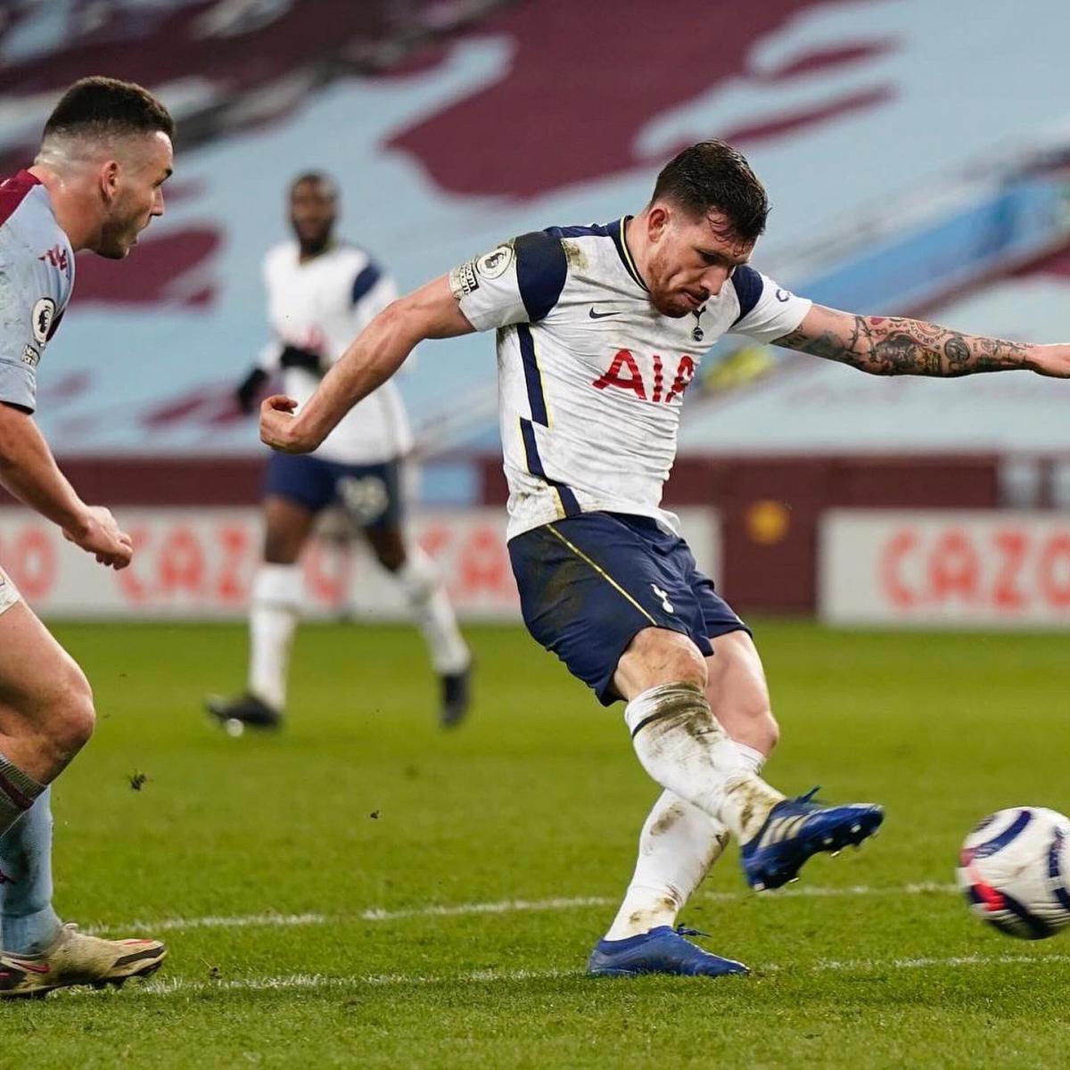 Matt Doherty golpeando con violencia el balón / Foto: Tottenham