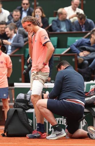 Zverev mostra preocupação durante o atendimento médico (Foto: Matthew Stockman/Getty Images)