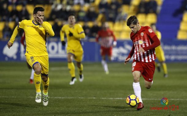 Dorca persigue a un jugador del Almería en Santo Domingo | Imagen: LaLiga