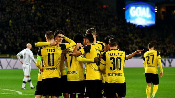 II giocatori del Borussia Dortmund esultano dopo il tombale 8-4 al Legia