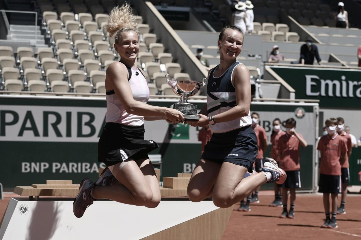 Katerina Siniakova (izq.) Barbora Krejcikova, en un singular festejo.  Foto Roland Garros