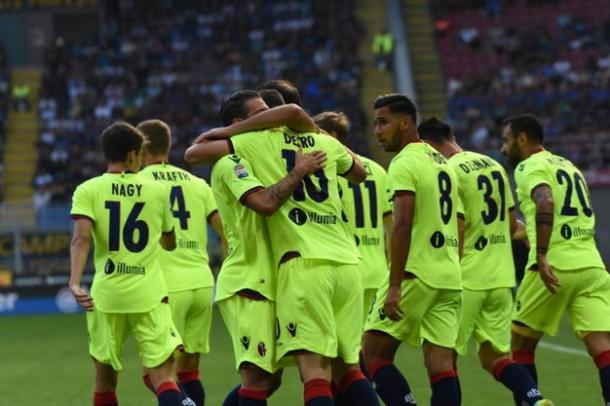 I calciatori bolognesi abbracciano Destro dopo il gol del vantaggio segnato un girone fa a San Siro. Fonte foto: ilgiorno