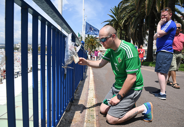 Northern Ireland fans pay tribute to their fellow supporter. | Image source: Charles McQuillan/Getty Images