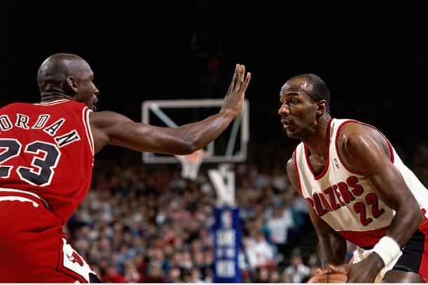 Clyde Drexler defendido por Michael Jordan | Foto: Getty Images