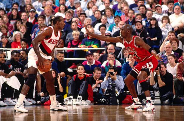 Clyde Drexler defendido por Michael Jordan   Foto: Getty Images