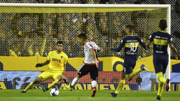 Driussi definiendo ante Rossi para liquidar el Superclásico (Foto: El Salvador).