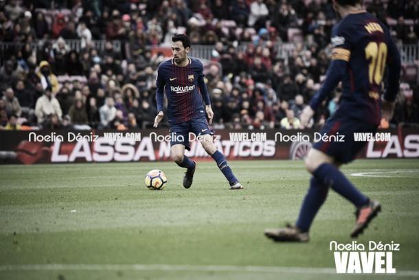 Busquets controla la pelota. Foto: Noelia Déniz, VAVEL.com