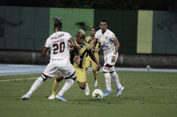 Danovis Banguero marcando a un jugador de Alianza | Foto: Vanguardia.com