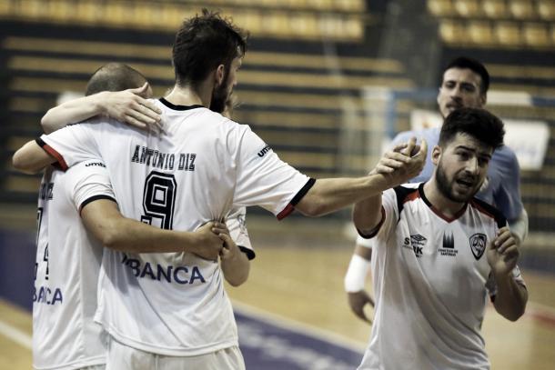 Los jugadores del santiago Futsal celebran un gol durante el partido | Foto: @Santiago_Futsal