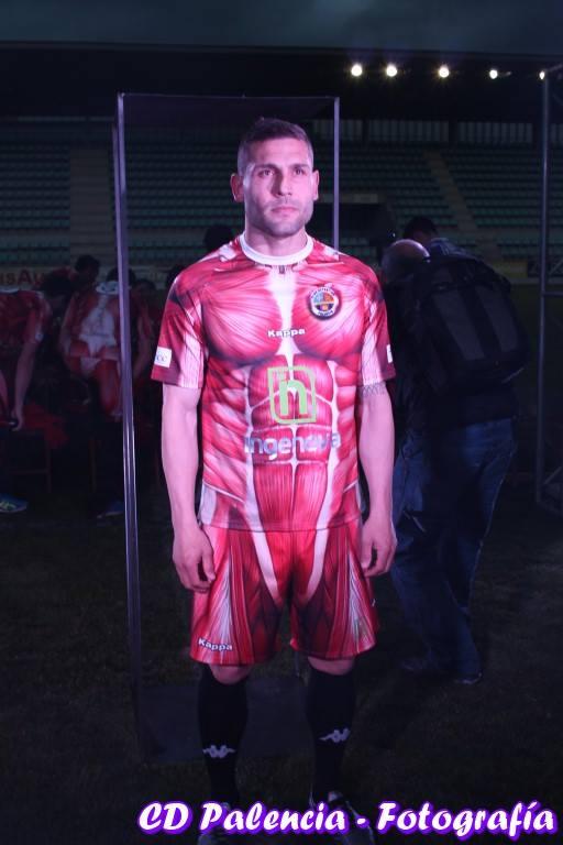 Diego Torres, posando con la nueva equipación // Jose A. Montalbán