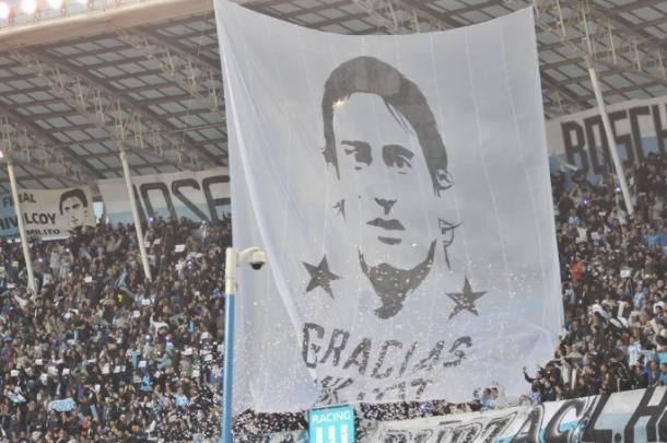 Faixa hasteada em homenagem ao atacante (Divulgação / Racing Club)