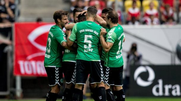 Fürth celebrate Narey's goal. | Photo: BR/DPA