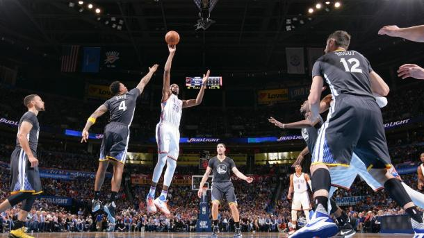 Durant anotando entre toda la defensa visitante. Fotografía: NBA.com