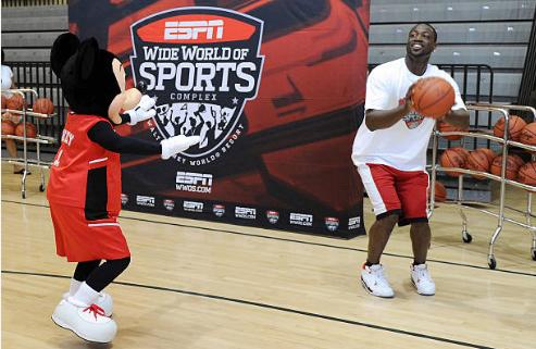 Dwayne Wade junto a Mickey Mouse, de Disney, en un evento para la NBA | Foto: Getty Images