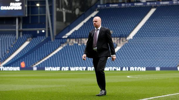 Sean Dyche inspeccionando el terreno de juego antes del partido   Fotografía: Premier League