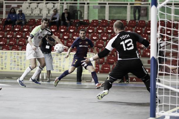 Dyego dispara hacia la meta de Tóth | Foto: @FCBFutbolSala