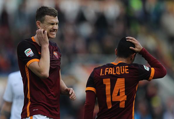 Dzeko e Falque se lamentam em partida contra a atalanta. Os dois foram decepções em suas primeiras temporadas (Foto: Paolo Bruno/Getty Images Sport)