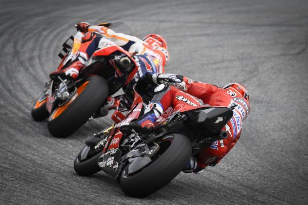 Dovizioso persiguiendo a Márquez en el trazado austríaco. Imagen: MotoGP